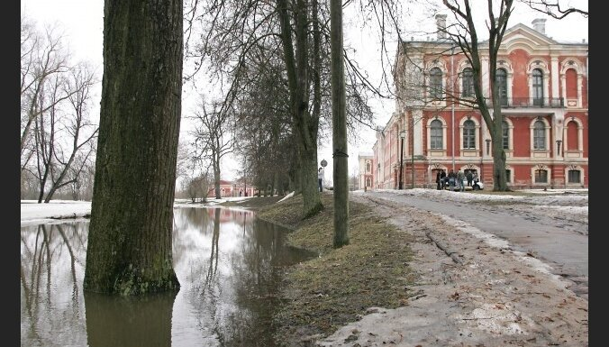 Jelgavā un Kalnciemā plūdu draudi mazinās; joprojām slēgti vairāki ceļu posmi