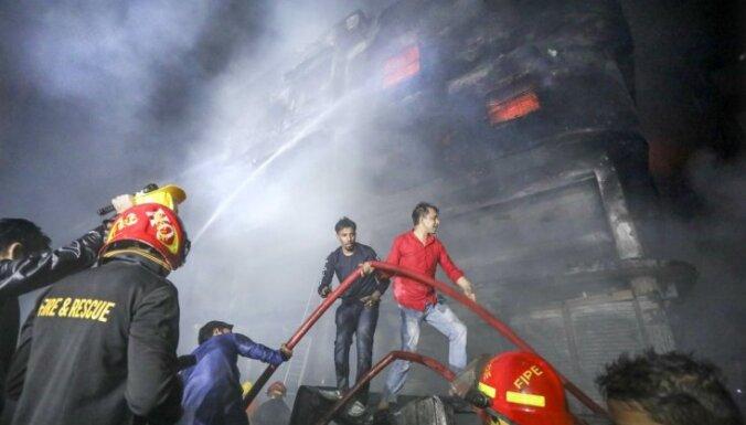 Foto: Ugunsgrēks Dakā paņem vismaz 78 dzīvības