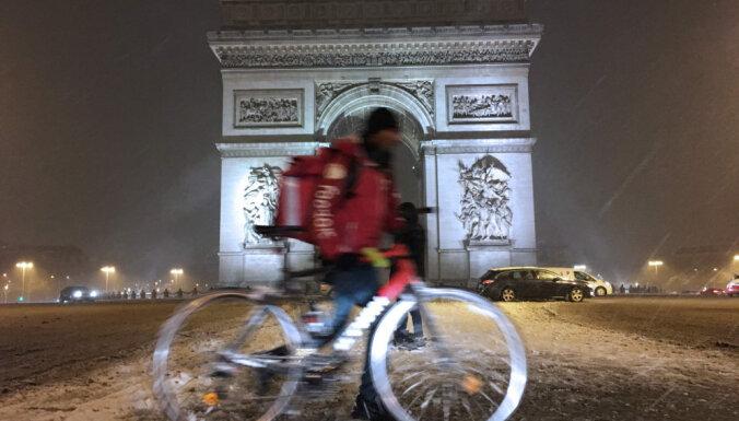 Aktīvisti pieprasa Parīzē novākt Saūda Arābijas reklāmas plakātu
