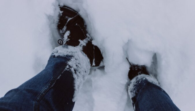 Jaunstašuļu akmeņu taka, ko aprakušas sniega kupenas