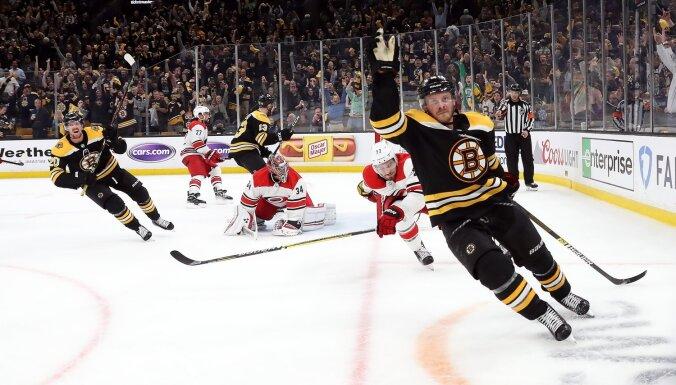 'Bruins' konferences fināla ievadā uzvaru nodrošina ar lielisku trešo periodu