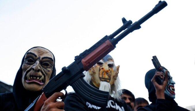 Baidens aicina ASV aizliegt kaujas ieročus