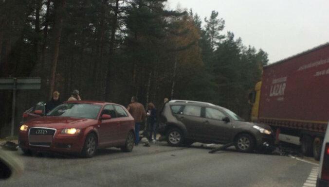 ФОТО: У поворота на Лангстини столкнулись три машины, движение было заблокировано