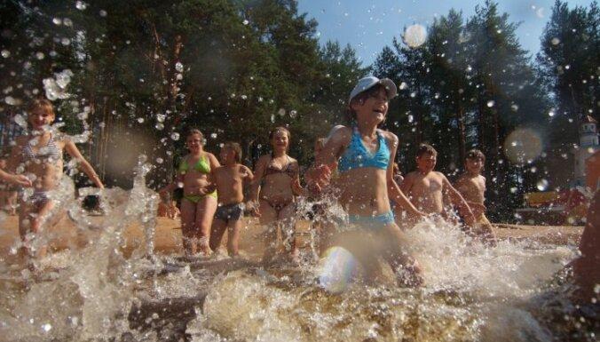 Deputāti: bērnu peldētapmācībai jābūt obligātai visās skolās