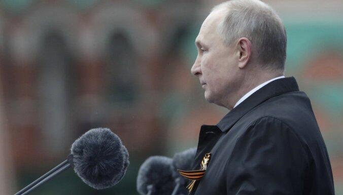 Putins runā 9. maija parādē sola 'aizstāvēt nacionālās intereses'