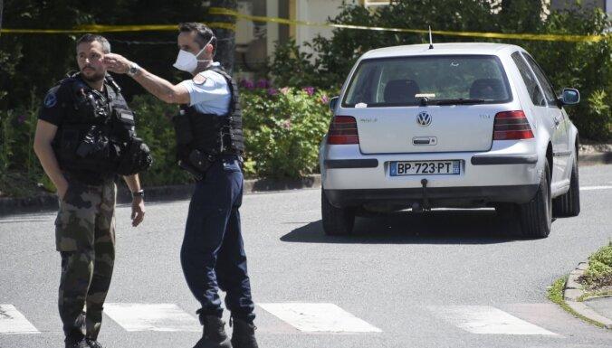 Francijā uzbrucējs sadūris trīs policistus