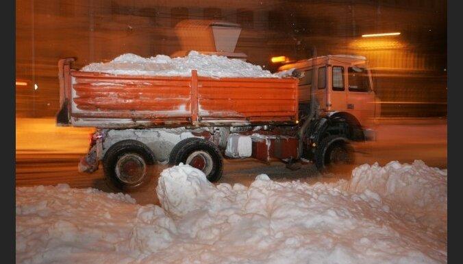 Снег с рижских улиц убирает 61 безработный