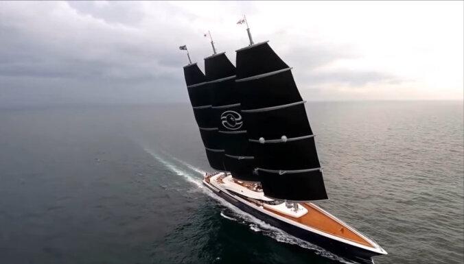 ФОТО: В пассажирский порт Риги зашла самая большая в мире парусная яхта