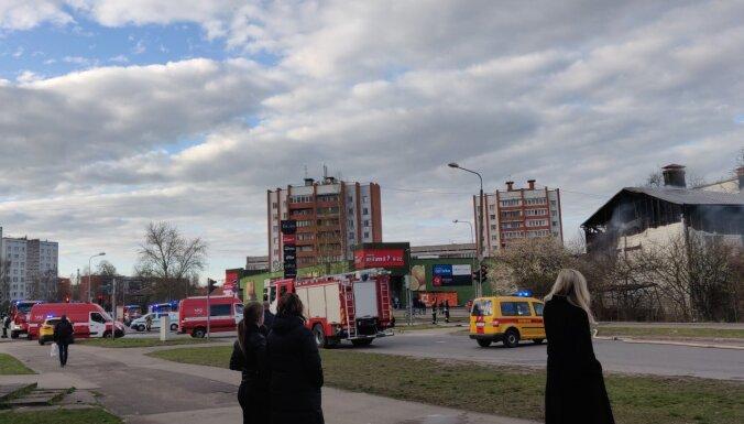 Divstāvu koka ēkā Rīgā izcēlies ugunsgrēks (plkst.23.22)