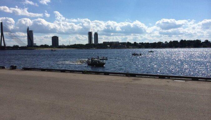 No Rīgas pasažieru ostā apgāzušās jahtas izglābj trīs cilvēkus