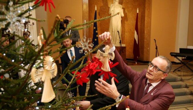 Foto: Kā ministri valdības mājā galveno Ziemassvētku egli iededza