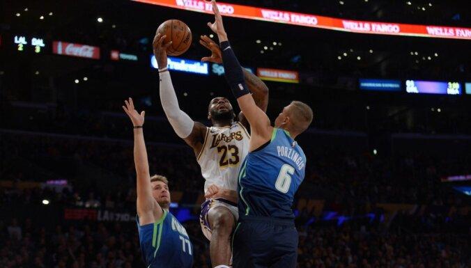 Porziņģis pieturas pie tālmetieniem; 'Mavericks' viesos izrēķinās ar NBA līderiem