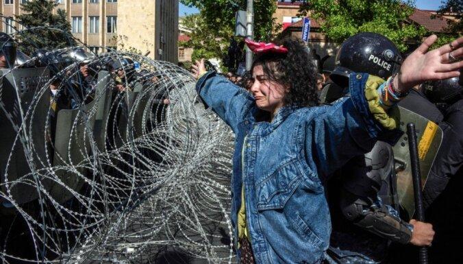 На митинг в Ереване вышли десятки тысяч человек, лидеры протестов задержаны