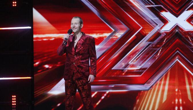 Video: 'X Faktora' žūriju un skatītājus pārsteidz ekstravagantais romantiķis Dmitrijs