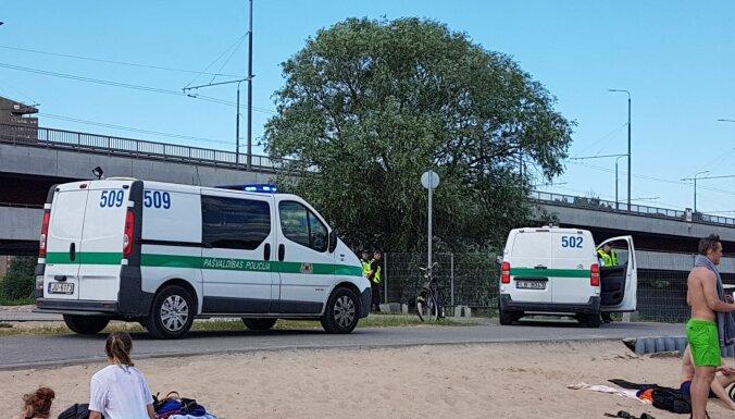 """""""Три часа под палящим солнцем"""". На Луцавсале полиция задержала спрыгнувших с пирса детей"""