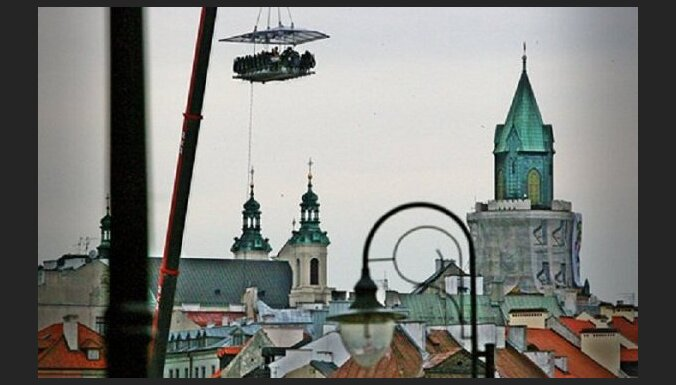 Maltīte 50 metrus virs zemes jeb 'Dinner in the Sky' - kā tas notiek?