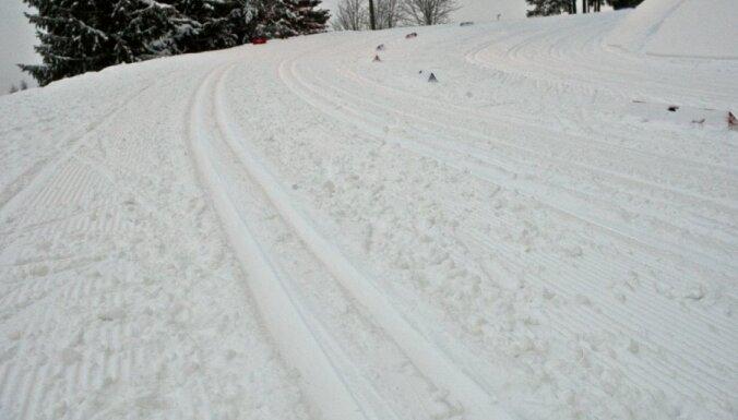 Distanču slēpotāji Liepiņš un Dauškāne izcīna Latvijas čempionu titulu