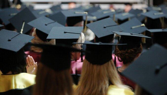 ЦСУ: Число студентов падает, а число поступающих в латвийские вузы — растет