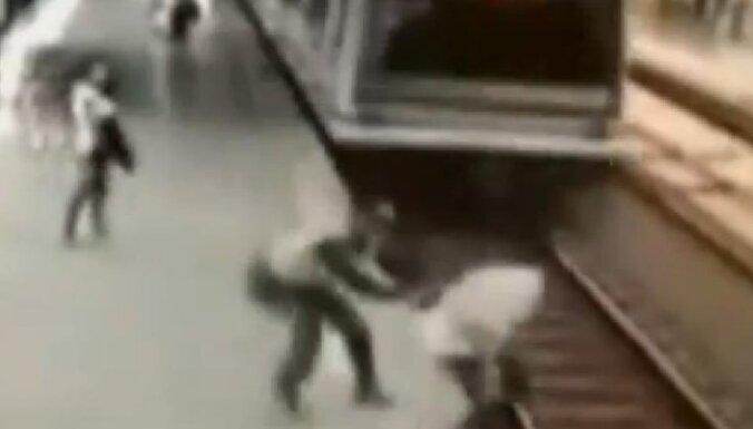 Video: policists Kolumbijā izglābj vīrieti no nāves zem vilciena riteņiem