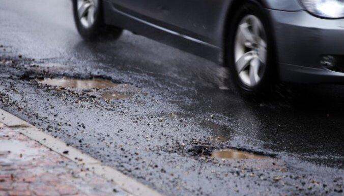 Четверть главных дорог Латвии находится в плохом состоянии, с региональными все еще хуже