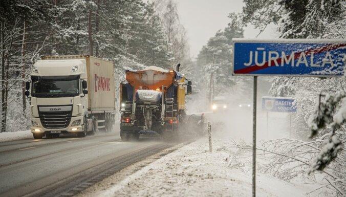 Sniega tīrīšanas darbi Rīgā turpināsies arī nakts stundās