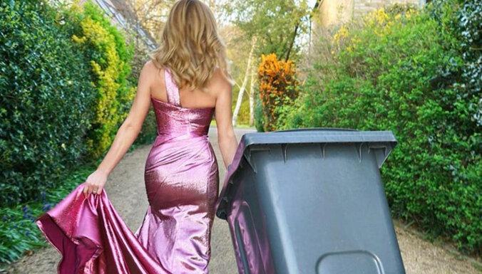 ФОТО. Когда некуда пойти: женщины стали выносить мусор в нарядных платьях