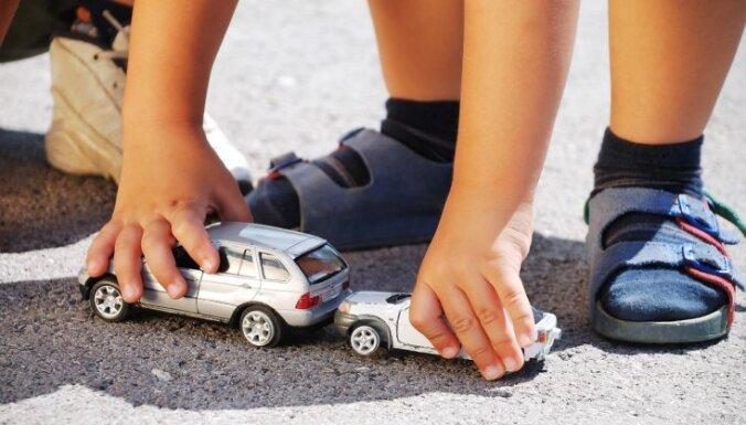 Maijā uz ceļiem cietuši vairāk nekā 30 bērni; policija mudina autobraucējus uzmanīties