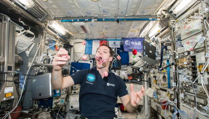 Viss tikai no tūbiņām? Ko, cik daudz un kā kosmosā ēd astronauti