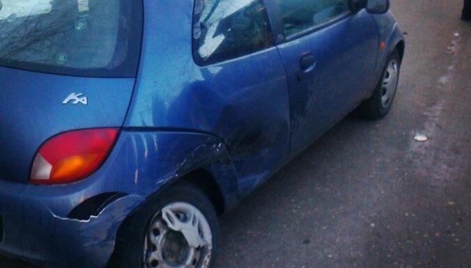 Laura Raila pirmo reizi sasitusi automašīnu