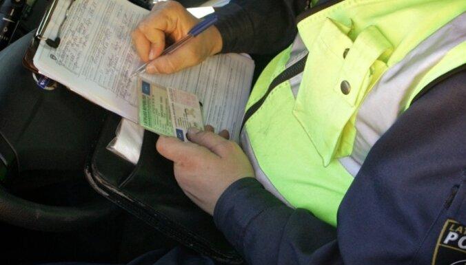 No kāzām braucoša autovadītāja mēģina piekukuļot policiju ar 20 eiro