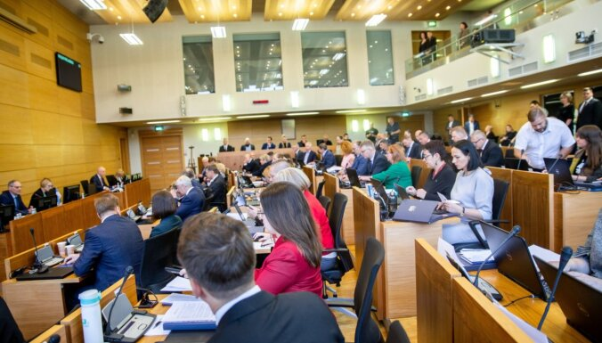 Video: Jaunievēlētie Rīgas domes deputāti sanāk uz pirmo sēdi