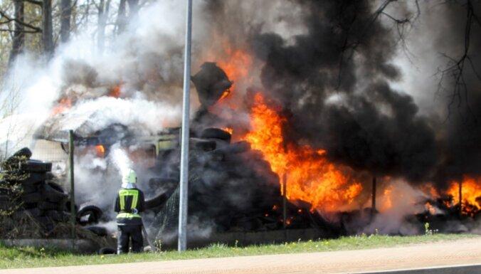 ФОТО: В Огре ликвидирован пожар повышенной опасности, выгорело 150 квадратов