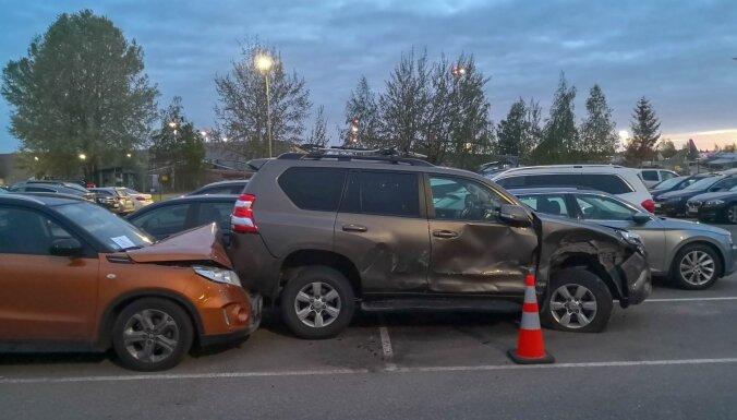 Rosina paredzēt administratīvo atbildību par autostāvvietā stāvošu transportlīdzekļu bojāšanu