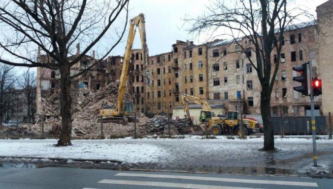 ФОТО: Начинается окончательный демонтаж сгоревшего здания на ул. Калнциема в Риге