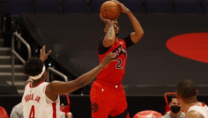 'Rockets' bez Kuruca ierindā piekāpjas 'Raptors' un piedzīvo desmito zaudējumu pēc kārtas