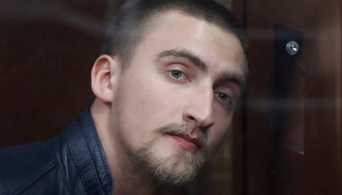 Павел Устинов получил три с половиной года колонии. При его задержании омоновец вывихнул плечо