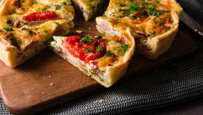Sāļā smilšu mīklas tarte ar cauraudzīti, sieru un tomātiem