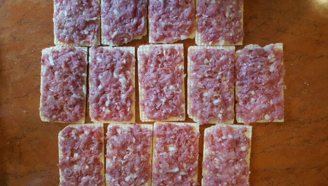 Ātrā sāļo vafeļu un maltās gaļas uzkoda