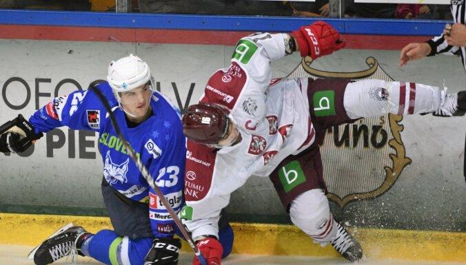 Latvijas hokeja izlase Daugaviņa 100. spēlē apspēlē Slovēniju