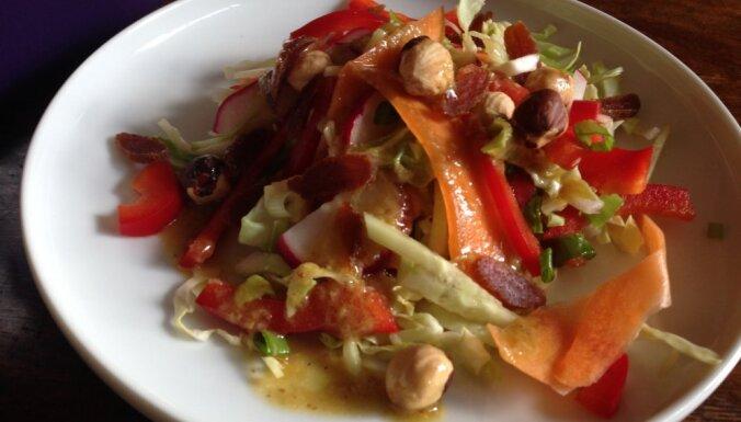 Pavasara kraukšķīgie salāti ar lazdu riekstiem