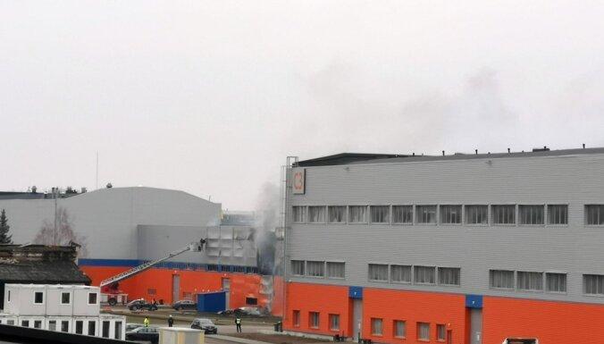Pēc sešu stundu darba izdevies likvidēt ugunsgrēku Jelgavas industriālajā parkā