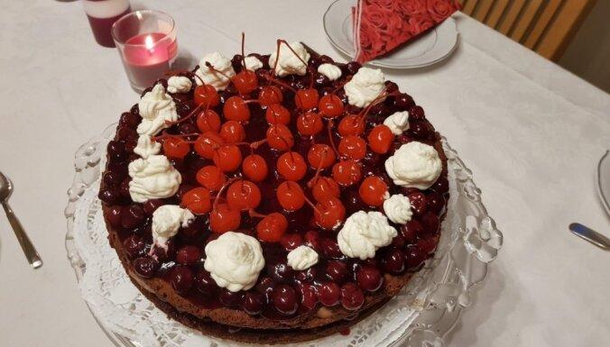 Karaliskā šokolādes kūka ar rumu un ķiršiem