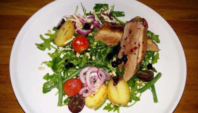 Cepta pīles fileja ar lapu salātiem, kartupeļiem un ciedru riekstiem