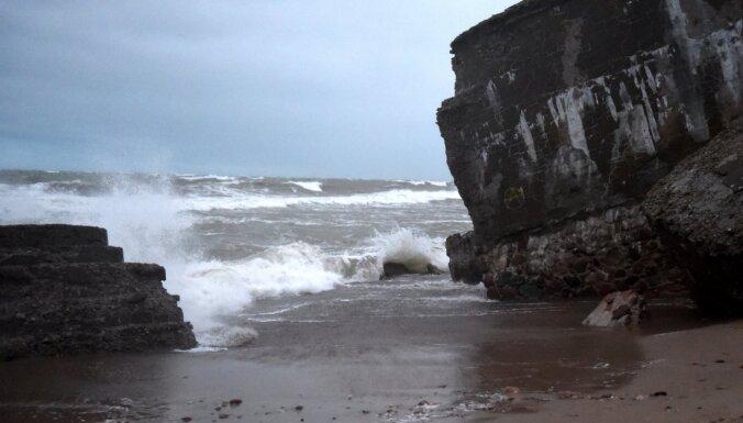 Буря в Лиепае: рухнула стена магазина, сорвало вывески, размыло пляж