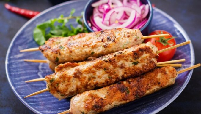 10 sulīgas kebabu receptes ātrai maltītei vasaras garā