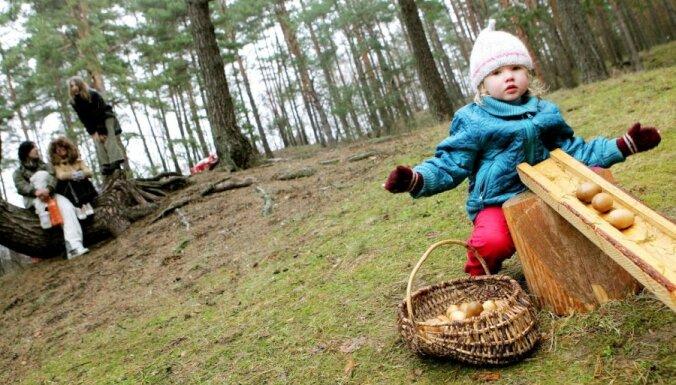 Pastaiga mežā, īsais ceļojums un citas idejas Lieldienu brīvdienām ar bērnu