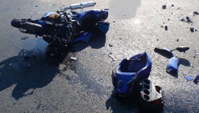 Krītot no motocikliem, Rīgā un Salacgrīvas pusē cietuši divi vīrieši
