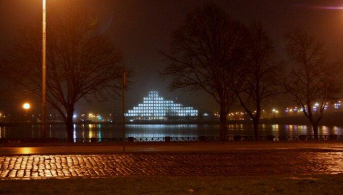 Foto: Kāpēc 'Gaismas pils' spīd arī naktīs?