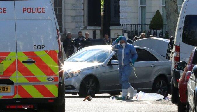 Ukrainas vēstnieces auto Londonā taranējušo vīrieti ievietos slimnīcā psihisku problēmu ārstēšanai