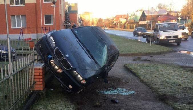 Juglā joņojošs BMW uzmet kūleni un uzāķējas uz sētas